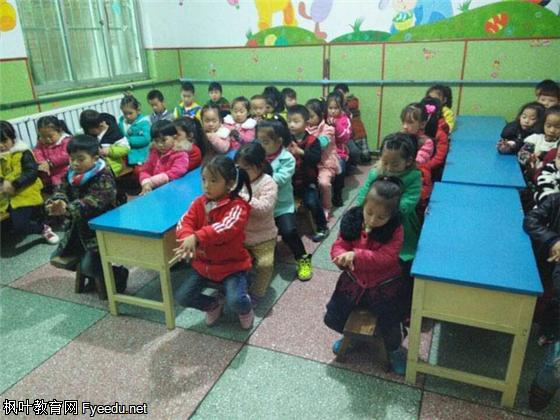 """为促进幼儿良好文明卫生习惯的养成,11月10日,阳光幼儿园组织幼儿开展""""人人讲卫生、健康伴左右"""" 主题教育活动。 活动中,教师首先通过讲故事、动手操作等多种形式,直观形象地向幼儿介绍卫生防病知识,引导幼儿了解洗手、刷牙的重要性;紧接着,重点对幼儿示范讲解正确的洗手、刷牙等洗漱方法,帮助幼儿养成良好的卫生习惯,防止病从口入;最后,开展讲卫生实践活动,各班老师带领幼儿进行了卫生大扫除。 丰富多彩的教育活动,让幼儿了解了卫生对健康生活的重要性,并有助于幼儿养成良好的卫生习惯,做健康文明的"""